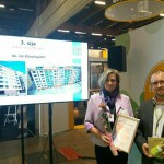 The deputy landlord of the limited liability housing company Kaupinpirtti Liisa Leinonen and the project manager Arttu Lehtonen from A-Insinöörit Ltd., the company responsible for the façade renovation, receiving the prize and declarations.